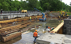 Nine Mile Creek Aqueduct restoration - Preparation for placing a side beam